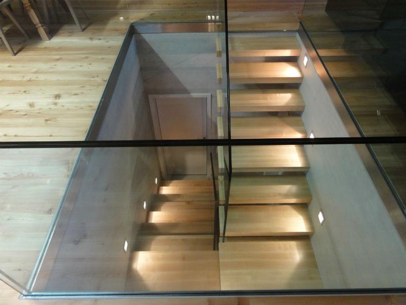 Scala a sbalzo in legno con parapetto in vetro temperatoafascale - Scale con parapetto in vetro ...